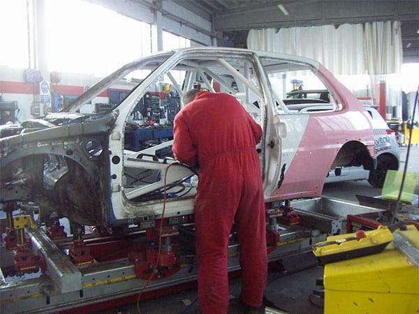 Preparazione auto da corsa